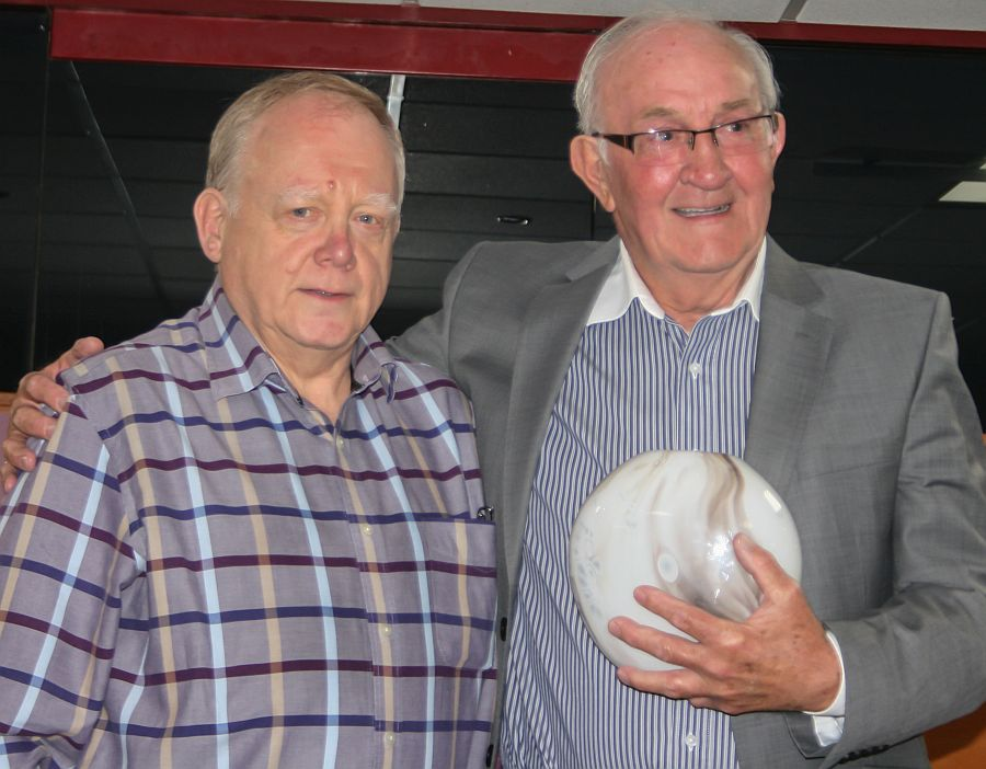 Jim Jackson (Accrington Clarets) presents the Special Award to Willie Irvine