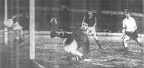 Bobby Smith fires wide for Spurs