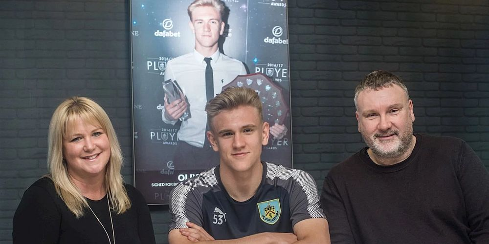 1718 burnley younger signs contract 1000x500